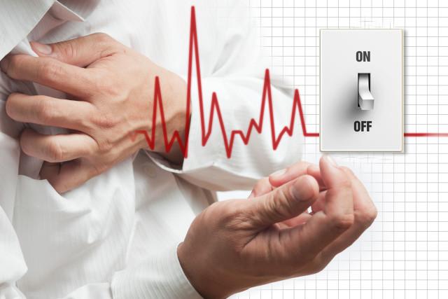 Основные проявления болезни – внезапные приступы сжимающих, давящих болей в груди