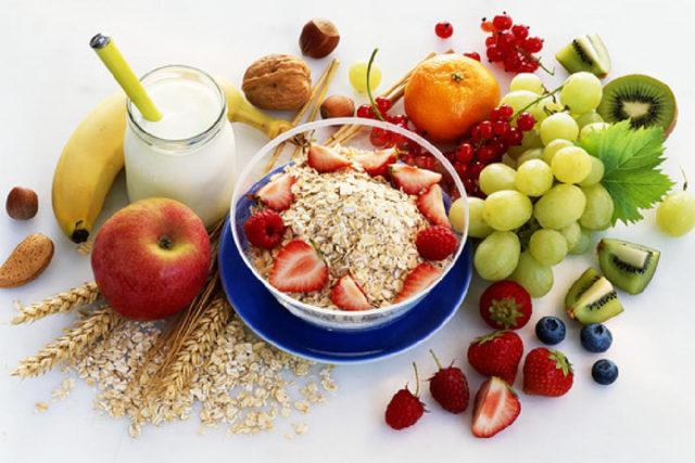 Чтобы не было проблем с трофикой тканей, ломкостью стенок кровеносных сосудов, нужно употреблять: продукты с высоким содержанием жирных ненасыщенных кислот