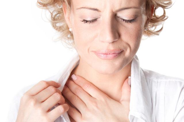 Если говорить кратко, то суть заключается в наличии в коронарных кровеносных сосудах атеросклеротических бляшек, сужающих или полностью перекрывающих доступ крови к тому или иному участку сердечной мышцы