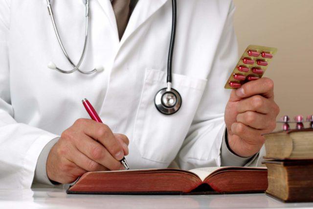 При отсутствии противопоказаний возможно назначение нитратов, диуретиков, антиаритмических препаратов и др