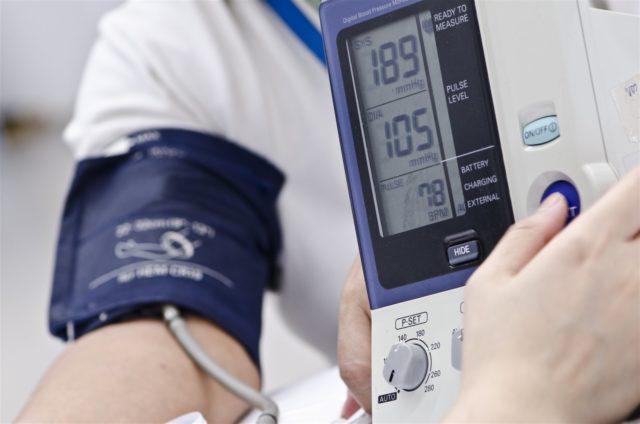 Однако артериальное давление может достигать и высокого уровня – 180-190/100-105 мм рт. ст