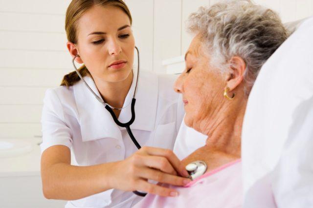 У большинства пациентов в первые трое суток наблюдаются различные виды аритмий: экстрасистолия, синусовая или пароксизмальная тахикардия, мерцательная аритмия, полная внутрижелудочковая блокада