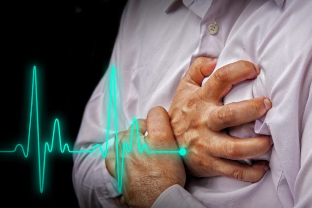 Начало инфаркта - часто внезапное появление приступа продолжительной (более 40-60 минут) и интенсивной боли за грудиной, которая не пропадает при приеме дозы нитроглицерина