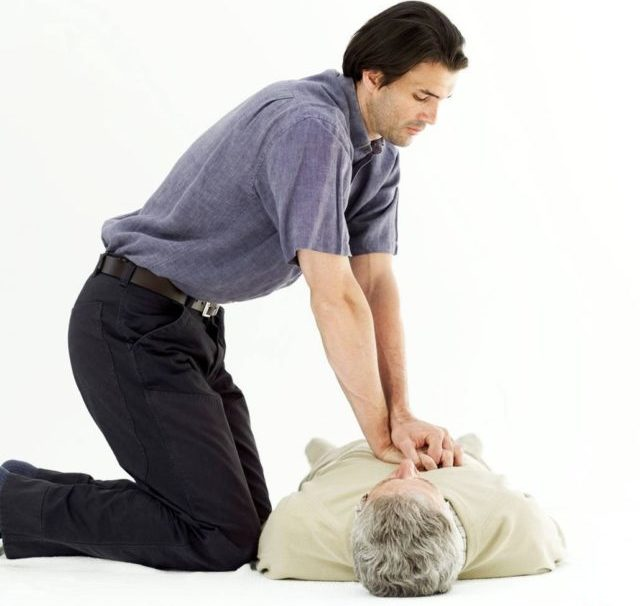 Пациента кладут на твердую поверхность, запрокидывая голову