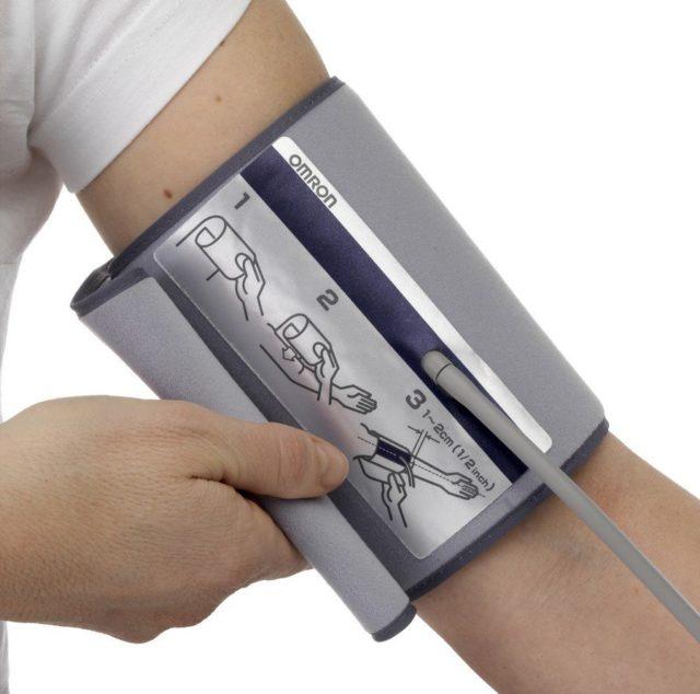 Дело в том, что в области плеча сосуды крупнее, что позволяет четче определить пульс и течение крови