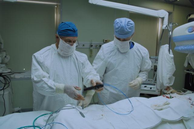 При этом необходимо соблюдение максимальной осторожности, поскольку самое незначительное оперативное вмешательство в случае СД может спровоцировать гнойно-воспалительные процессы