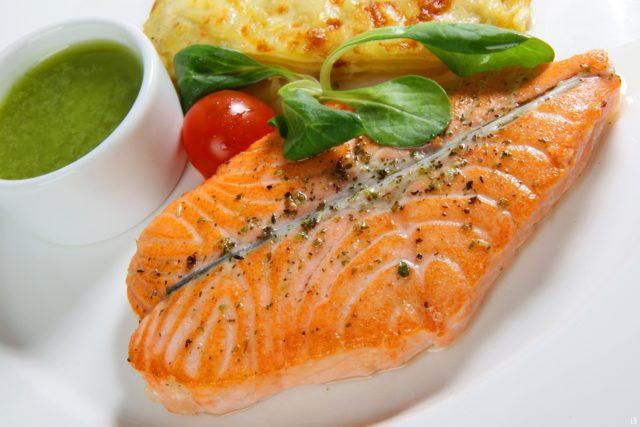 Приблизительно 60% всего рациона должны составлять овощи и фрукты, 20-30% — пища, богатая углеводами, 10-20% — белки