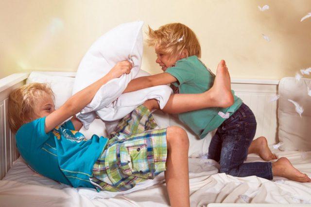 Если ребенок не может рассасывать таблетку, необходимо ее растворить в чайной ложке воды перед приемом