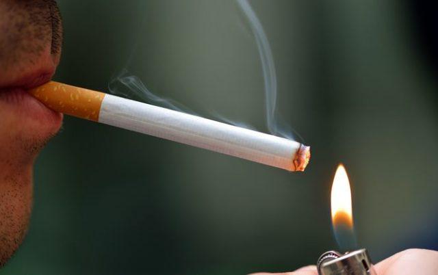 У курящих людей чаще случается инфаркт миокарда, а форма его бывает намного тяжелее, чем у тех, кто не имеет пристрастия к сигаретам