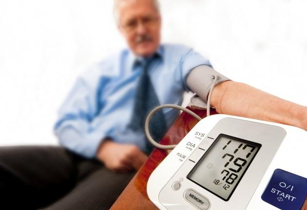 Появляется боль в правом подреберье, связанная с увеличением печени при застое венозной крови, нарастают отеки