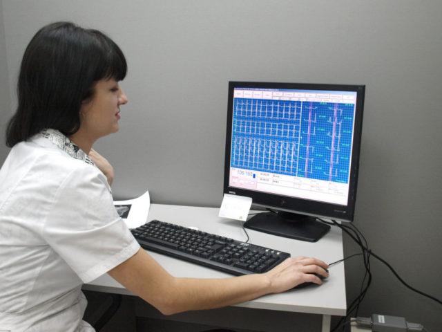 Суточный мониторинг ЭКГ – он осуществляется при помощи портативного устройства, фиксирующего ЭКГ непрерывно во всех состояниях человека