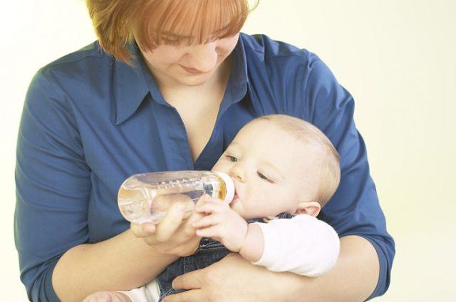 Если изменения в моче сохраняются, помимо грудного молока рекомендуется дополнительно поить ребенка водой