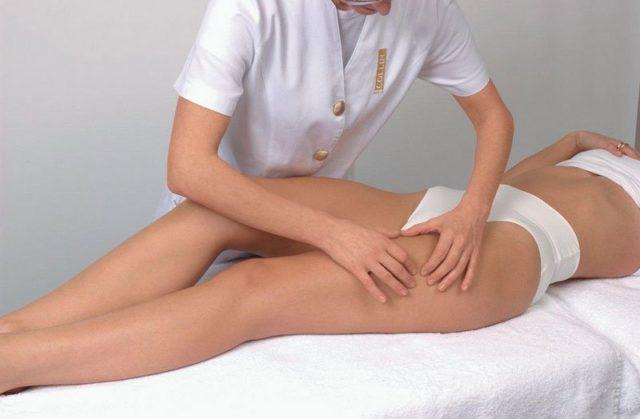 Процедура включает в себя выполнение круговых движений и легких нажатий на ткани