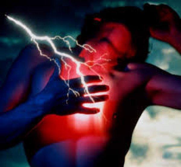 Стенокардические боли можно спутать с болевыми ощущениями в грудном отделе позвоночника, другой сердечной патологией, с вегето-сосудистой дистонией