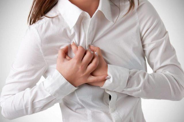 Грудной остеохондроз и стенокардия имеют основной общий симптом – боль в районе сердца