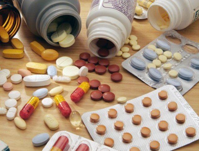 Для быстрого устранения симптомов стенокардии назначают нитроглицерин в таблетированной или спреевой форме