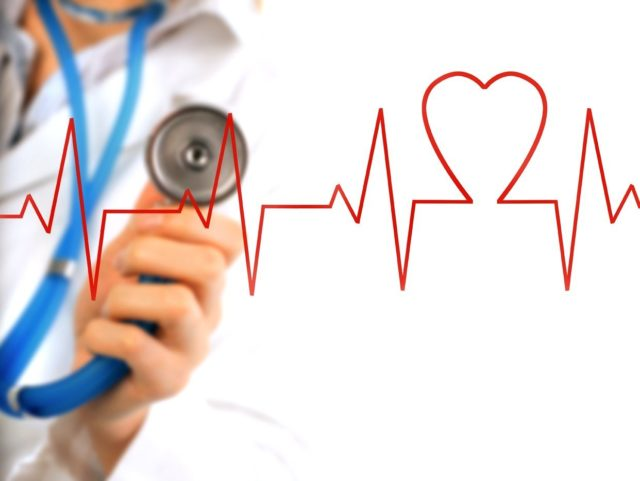 После того, как на основании клинических признаков у человека выявлена стенокардия, врач производит общий осмотр, в ходе которого оценивает состояние кожного покрова, сердечно-сосудистой системы