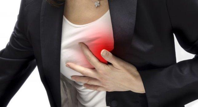 Характер болевого синдрома: приступообразный дискомфорт или давящая, сжимающая, глубокая глухая боль, приступ может описываться как стеснение, тяжесть, нехватка воздуха