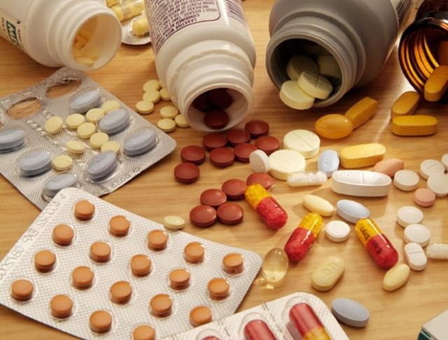 Лекарственная терапия дополняется бинтованием больной конечности эластичным бинтом
